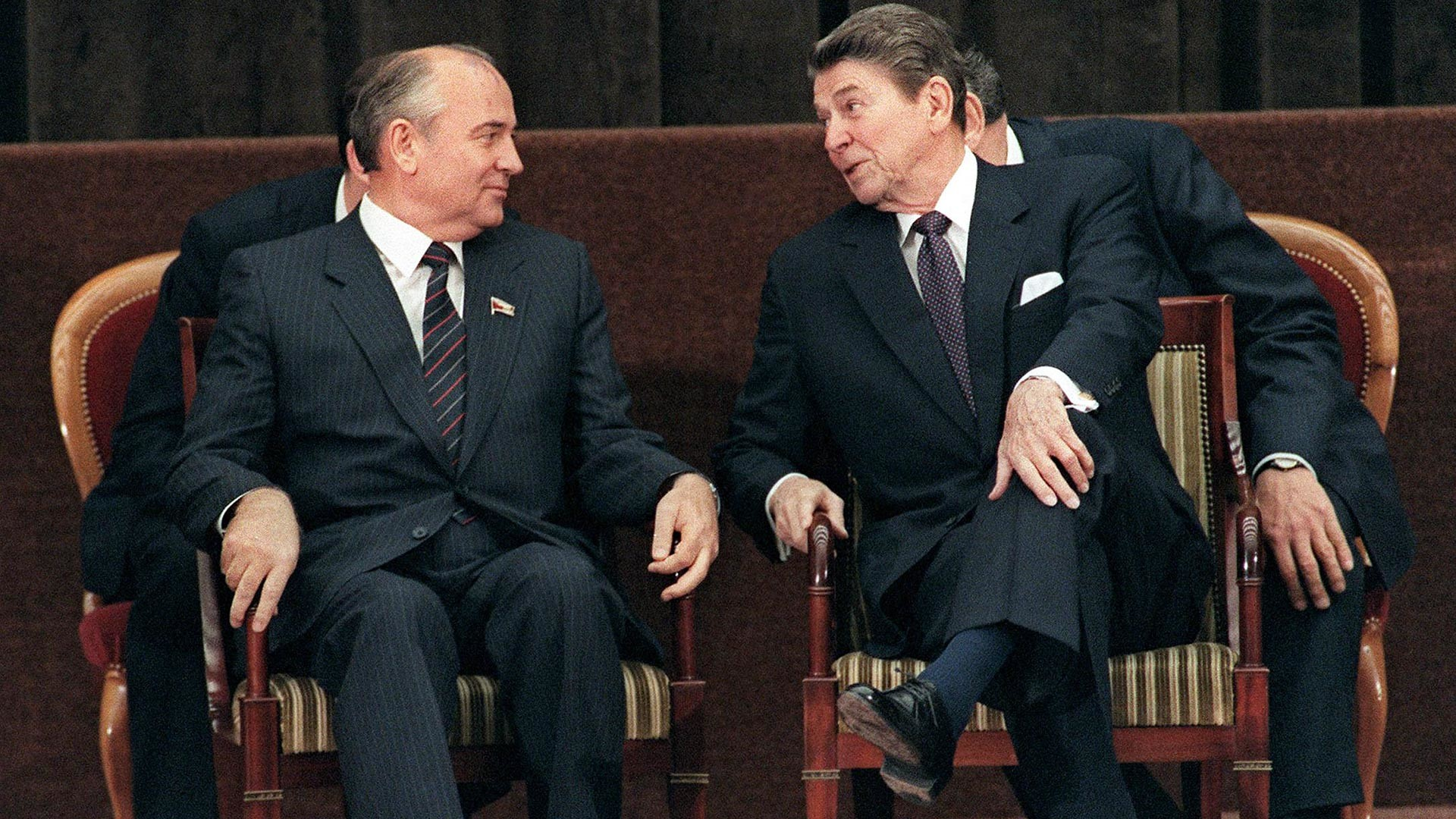 Le président américain Ronald Reagan et le secrétaire général du Parti communiste de l'Union soviétique Mikhaïl Gorbatchev