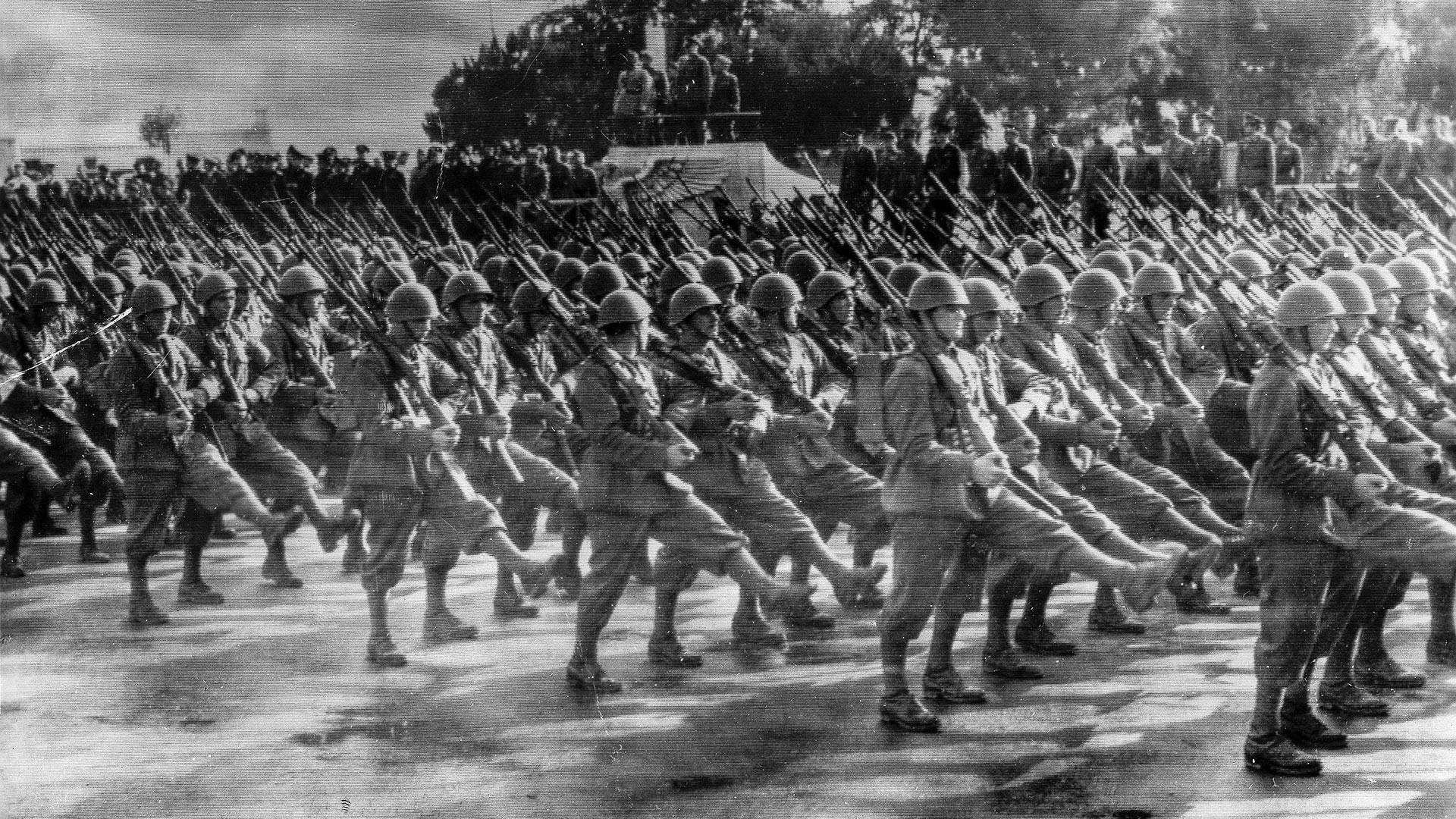 Италијански Експедициони корпус парадира испред Мусолинија и немачког војног аташеа у Риму пред одлазак у рат против Совјетског Савеза, почетак јула 1941.