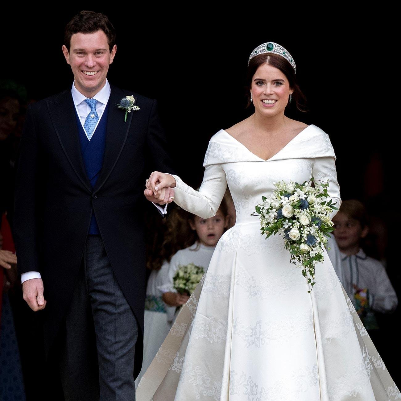 Princesa Eugenie e Jack Brooksbank deixam a Capela de São Jorge no Castelo de Windsor após o casamento em 2018