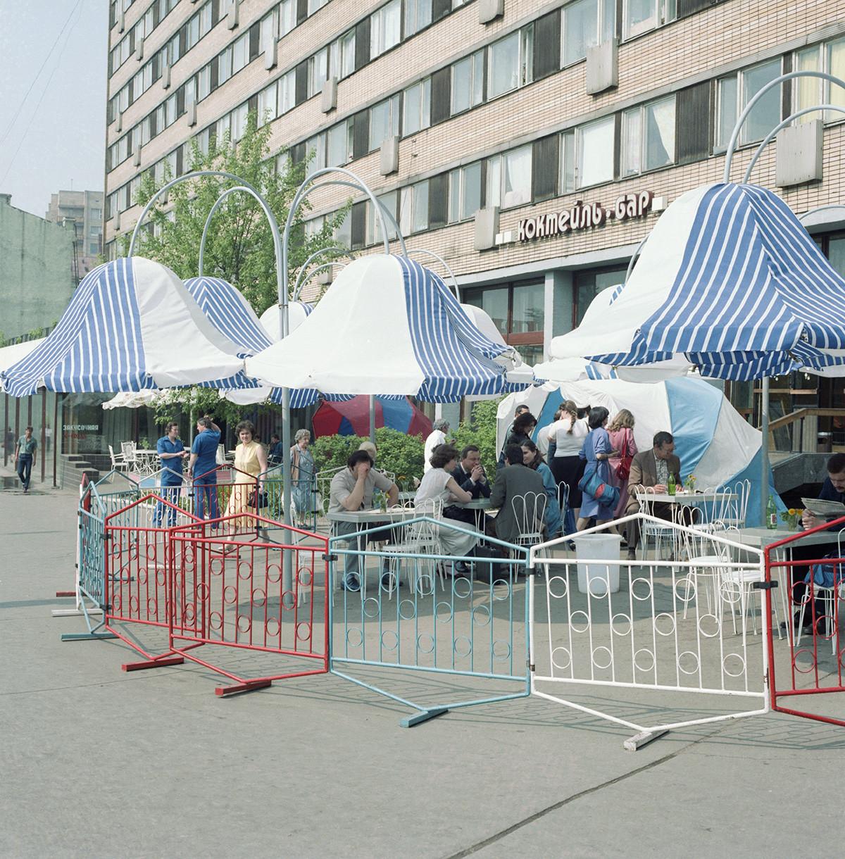 Il caffè Lira in Piazza Pushkin, Mosca, 1° giugno 1987