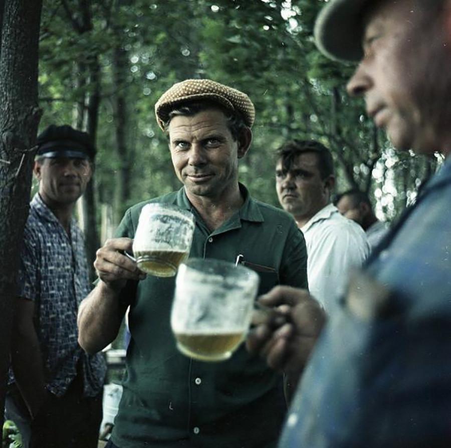 Uomini con bicchieri di birra, 1961-1969