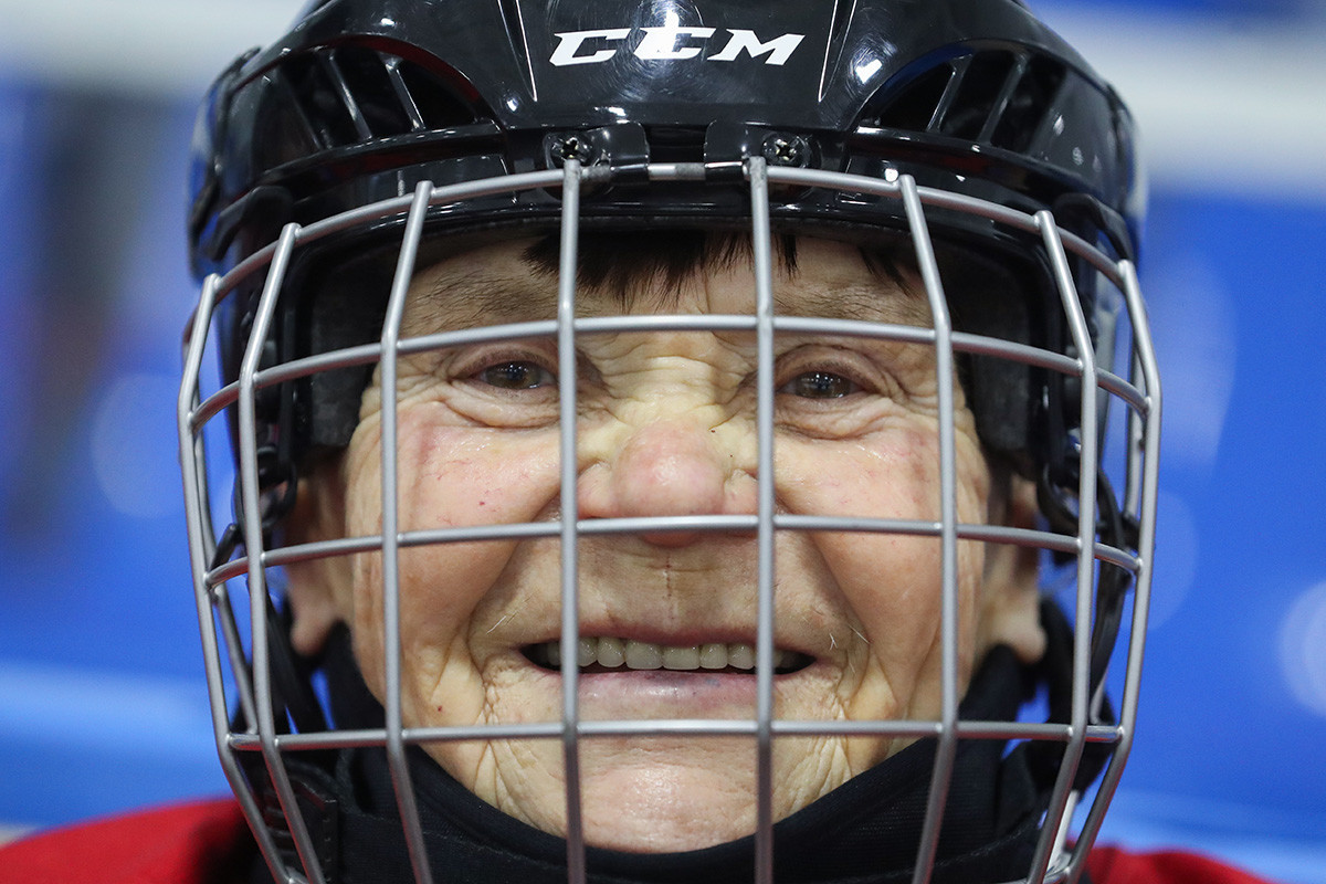 Valentina Fiodorova, capitã do primeiro time de aposentadas jogadoras de hóquei no gelo
