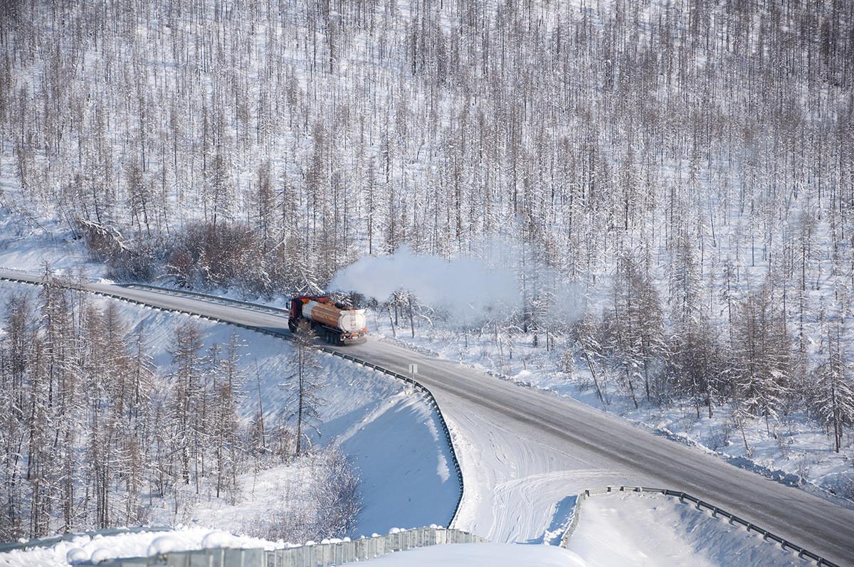 """Winterlandschaft entlang der Kolyma-Fernstraße (""""Straße der Knochen"""")"""