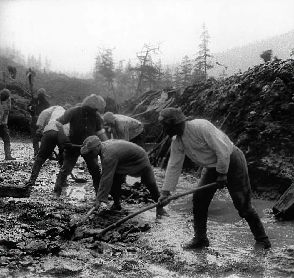 Gulag-Gefangene bauen eine Brücke über den Fluss Kolyma