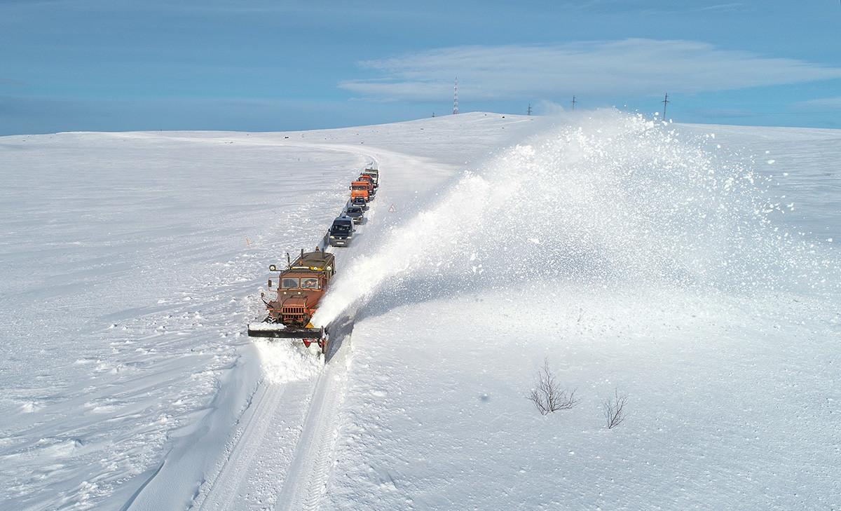 Limpa-neve baseado em carro Ural na rodovia Kola-Serebrianskie em direção ao vilarejo de Teriberka, na região de Murmansk