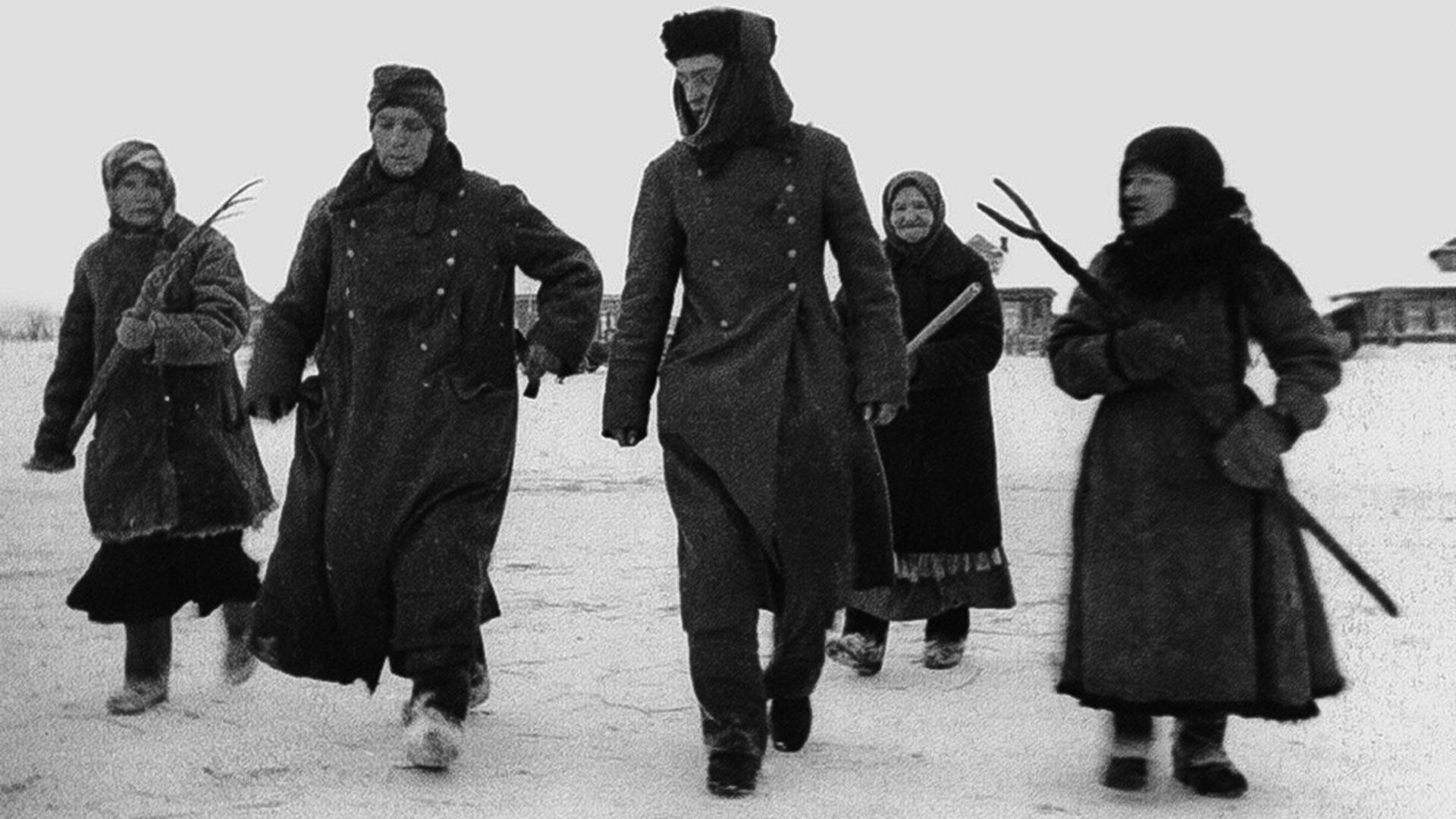 Des femmes escortent les prisonniers nazis. Défaite des Allemands près de Moscou