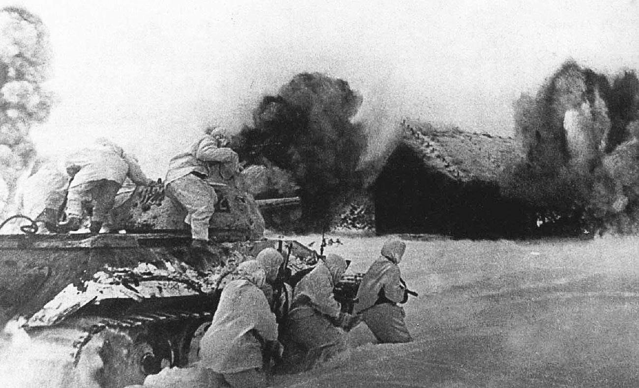 Carri armati sovietici, con il supporto di un T-34, attaccano un villaggio occupato dal nemico