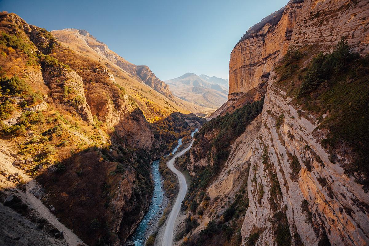 Кањон велике реке Чегем обасјан сунцем у јесен, Република Кабардино-Балкарија, поглед из птичје перспективе.