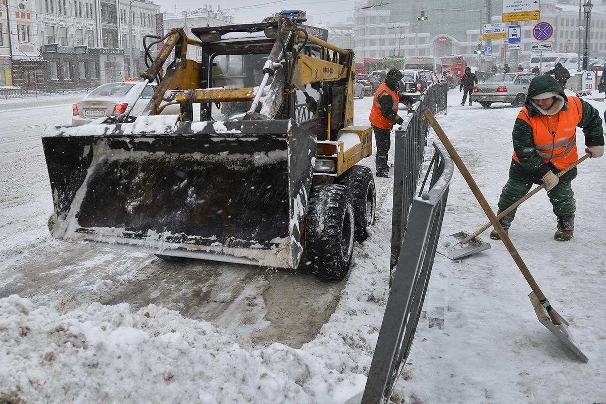 Снегоуборочная техника и сотрудники коммунальных служб убирают снег на улице имени Г. Тукая в Казани