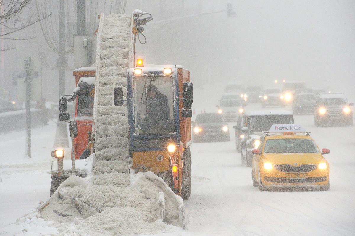 Снегоуборочная техника коммунальных служб во время уборки последствий снегопада в Москве