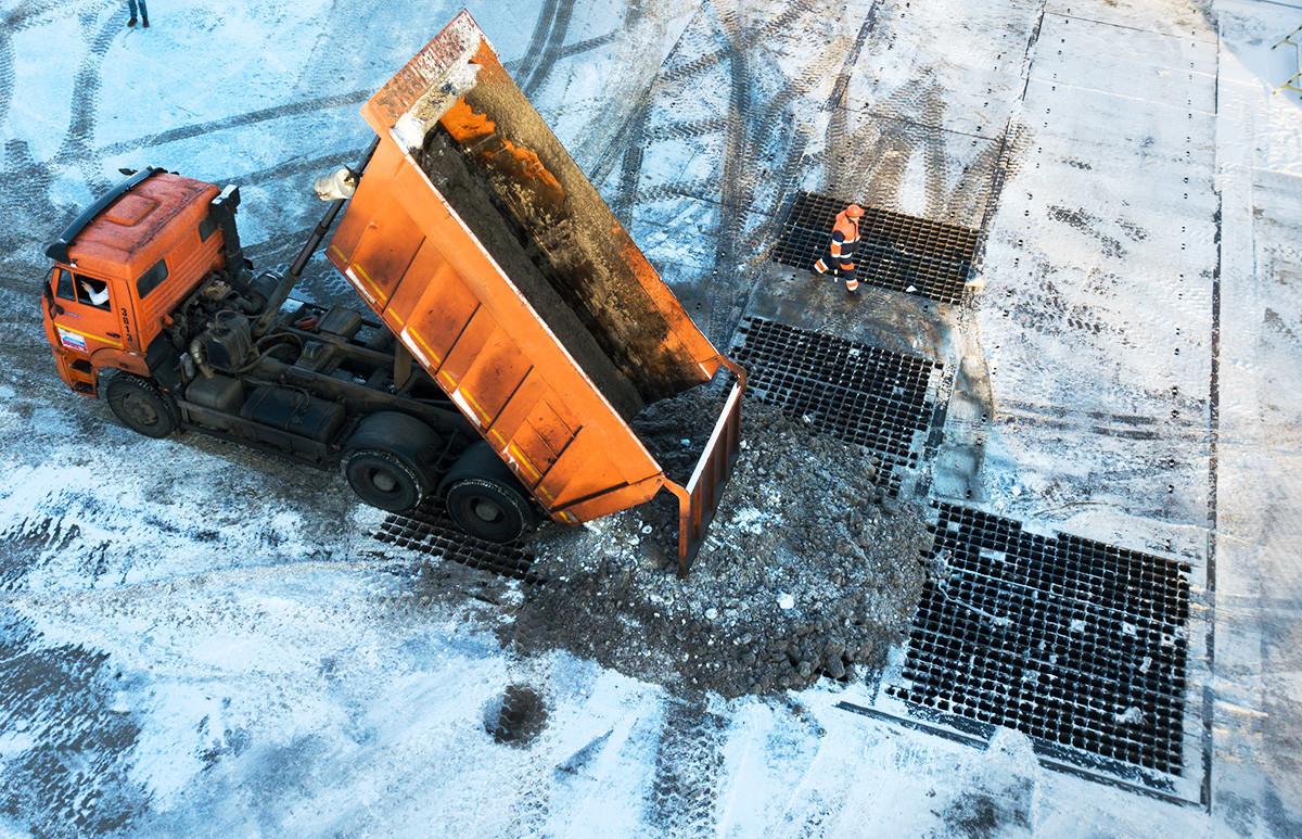 Работа снегоплавильного пункта на Сельскохозяйственной улице в Москве