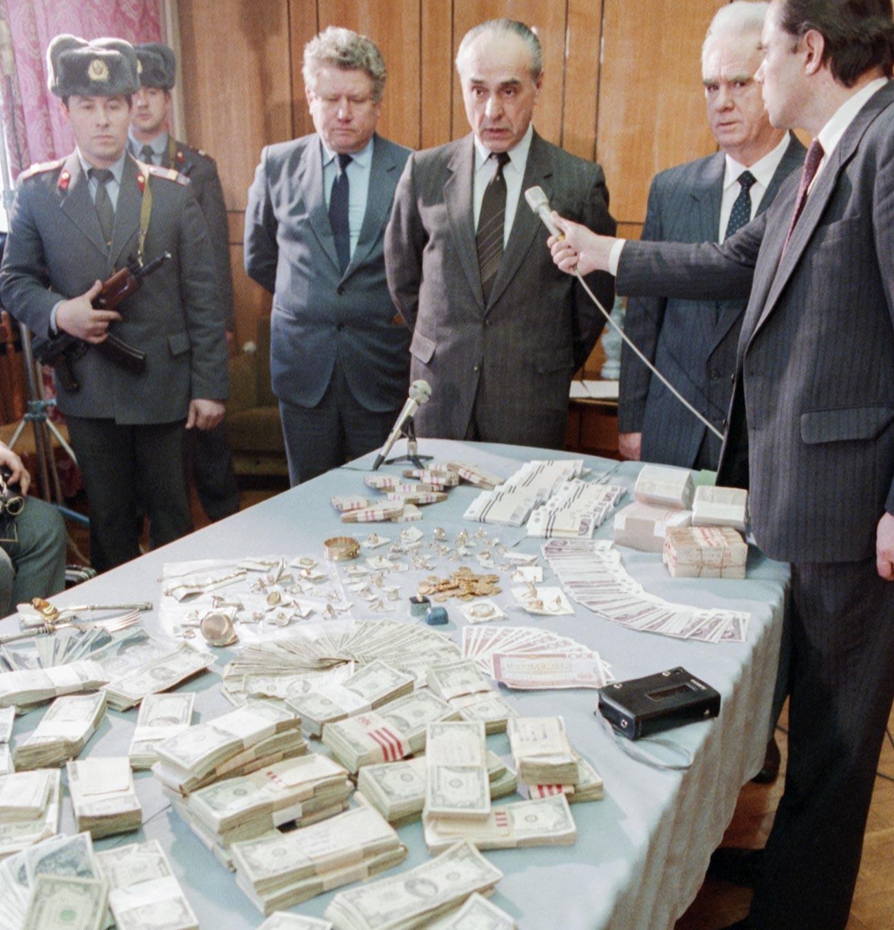 Конфискувани ценности от спекуланти, показани на журналисти на пресконференция в Главното управление на вътрешните работи на Московския градски изпълнителен комитет.