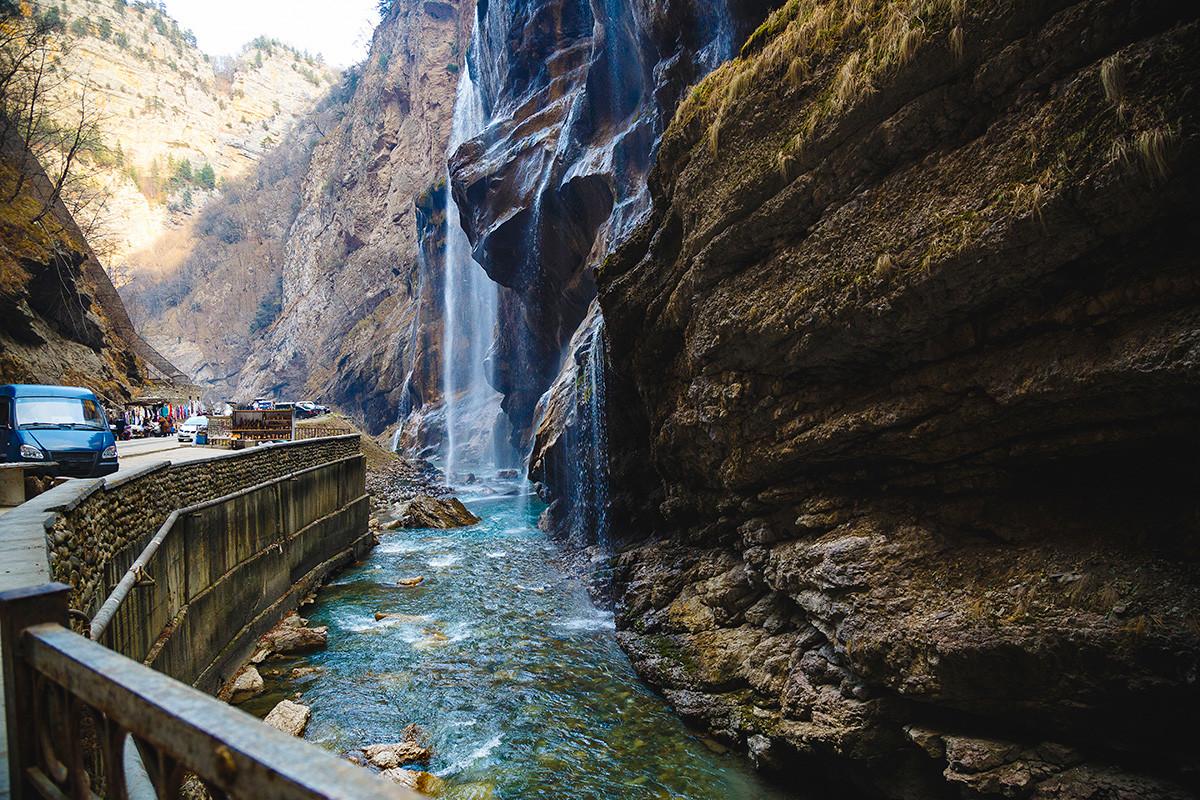 Turistička zona. Vodopad u Čegemskoj klisuri, planine Kavkaza, Kabardino-Balkarija.