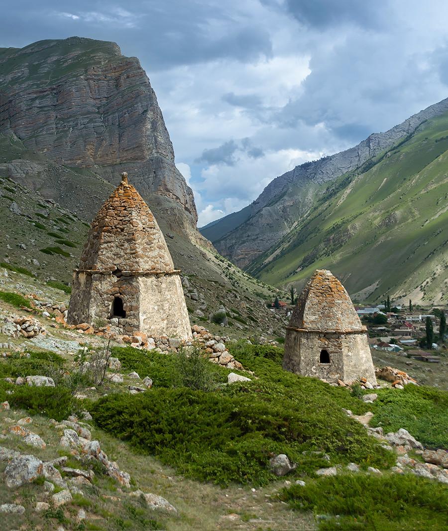 Dvije srednjovjekovne grobnice i tmurno nebo u Gradu mrtvih blizu Eltubua, Kabardino-Balkarija.