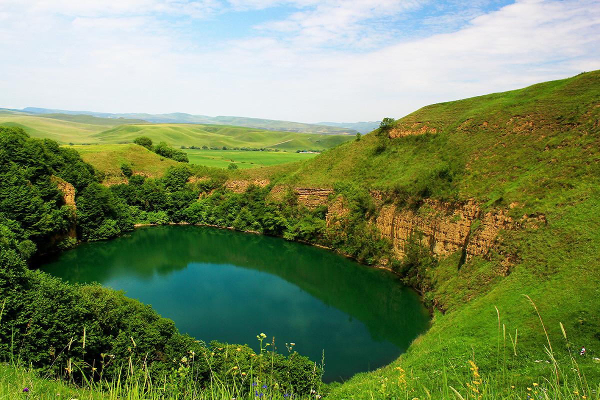 Krško jezero Šadhurej privlači pogled turista na Kavkazu.