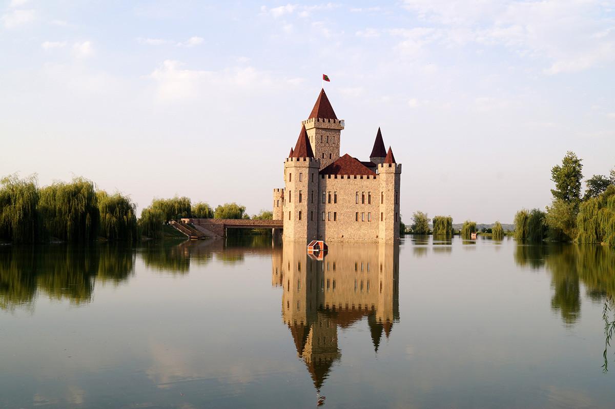 Prelijep zamak okružen vodom, Château Erken, Kabardino-Balkarija, Rusija.