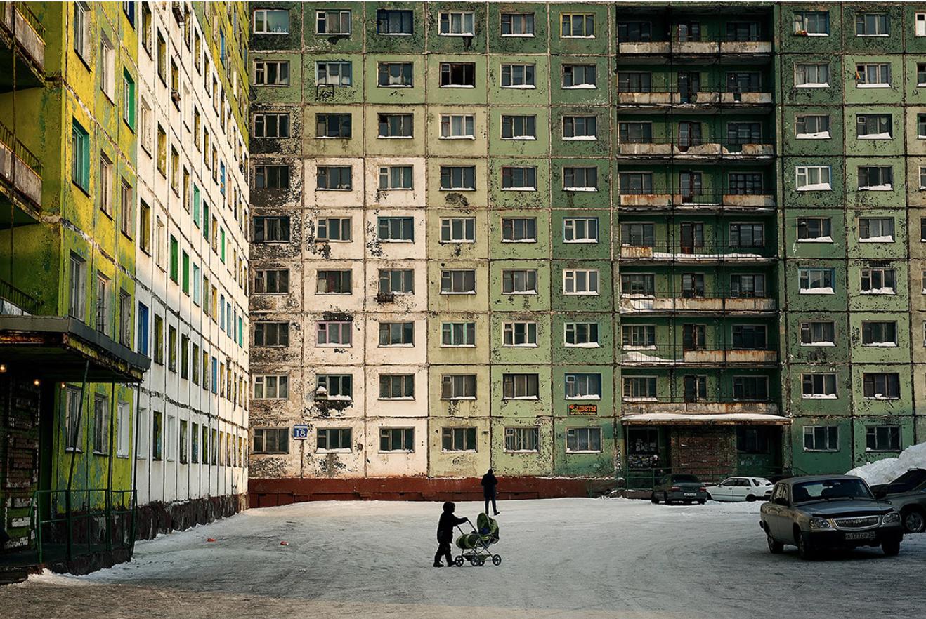 Просто добавете грозна съветска утилитарна архитектура отгоре на всичко и става ясно защо някои места в Русия изглеждат толкова сиви. Норилск.