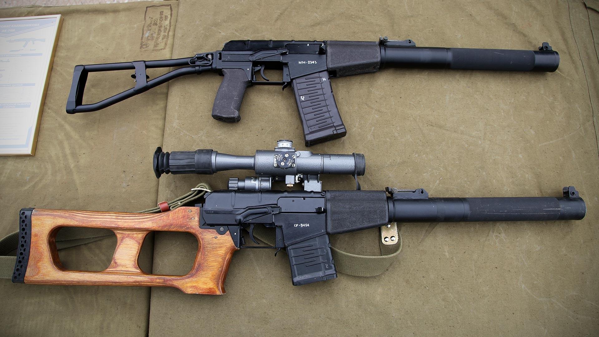 """Аутомат специјалне намене АС """"Вал"""" и снајперска пушка специјалне намене ВСС """"Винторез""""."""
