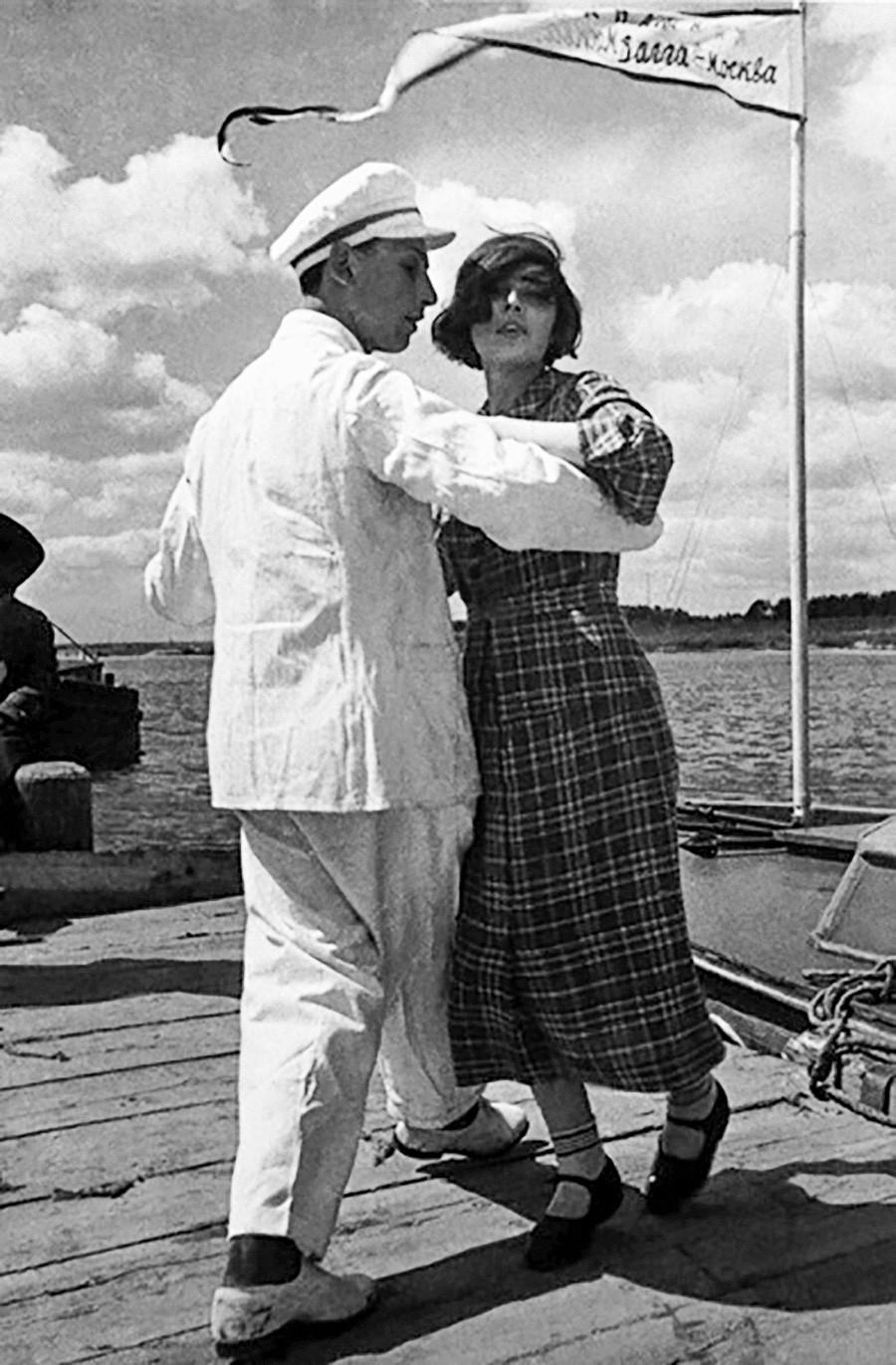 Danse sur le quai du canal de Moscou, dans les années 30