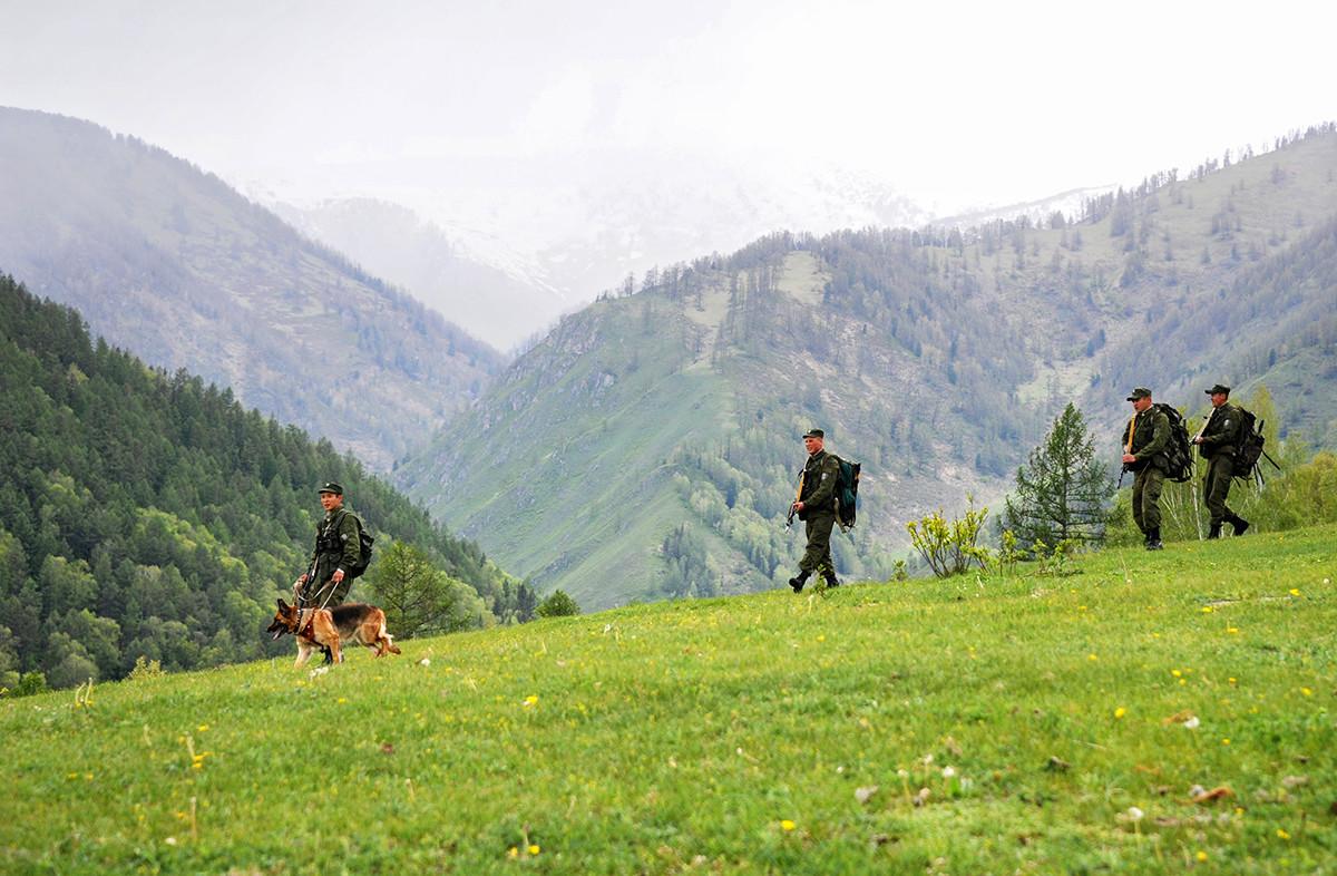 Grenzbeamte im Ust-Koksa-Dorf im Altai-Gebirge