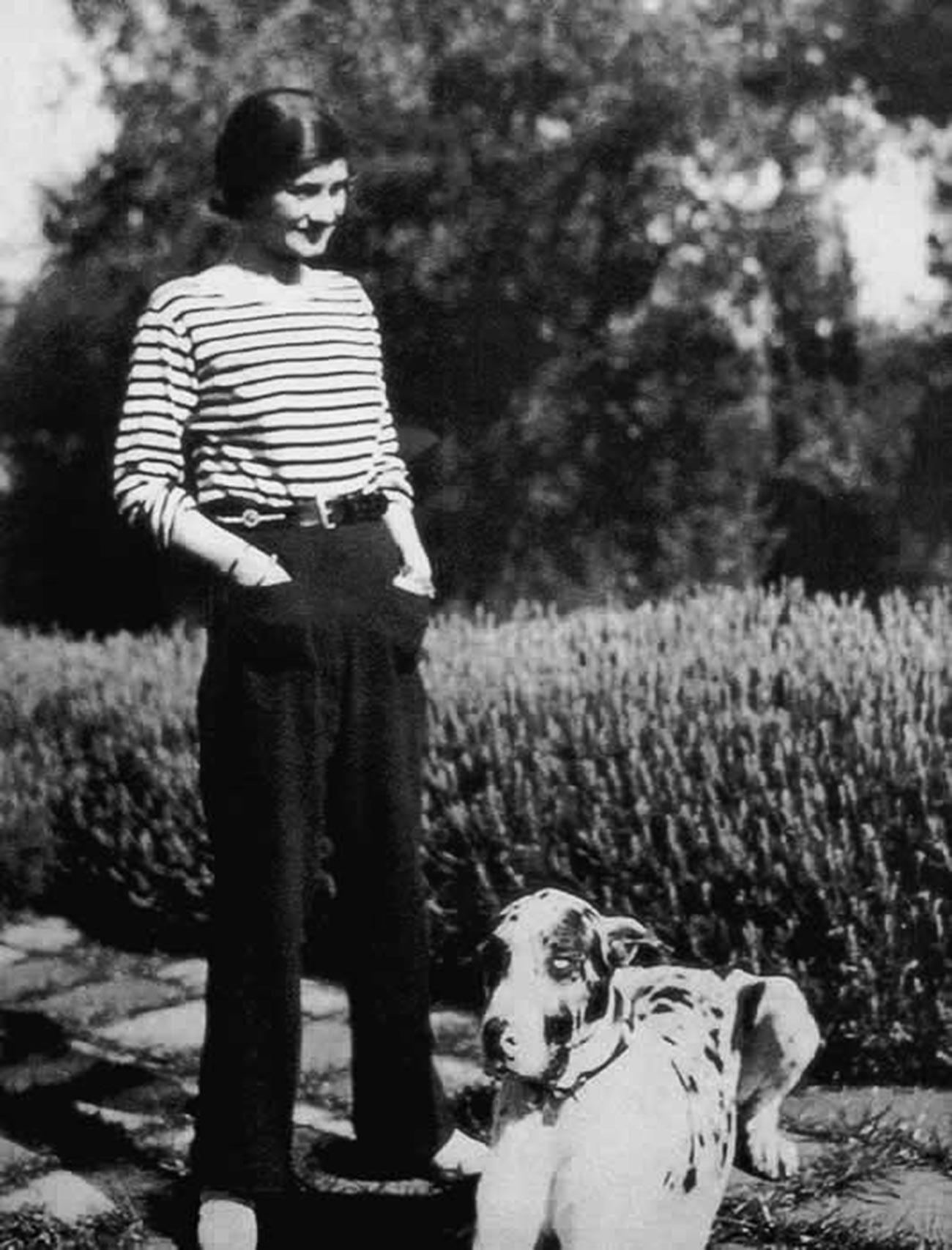 """Gabrielle Chanel vestindo um """"marinière"""", no período entre guerras."""