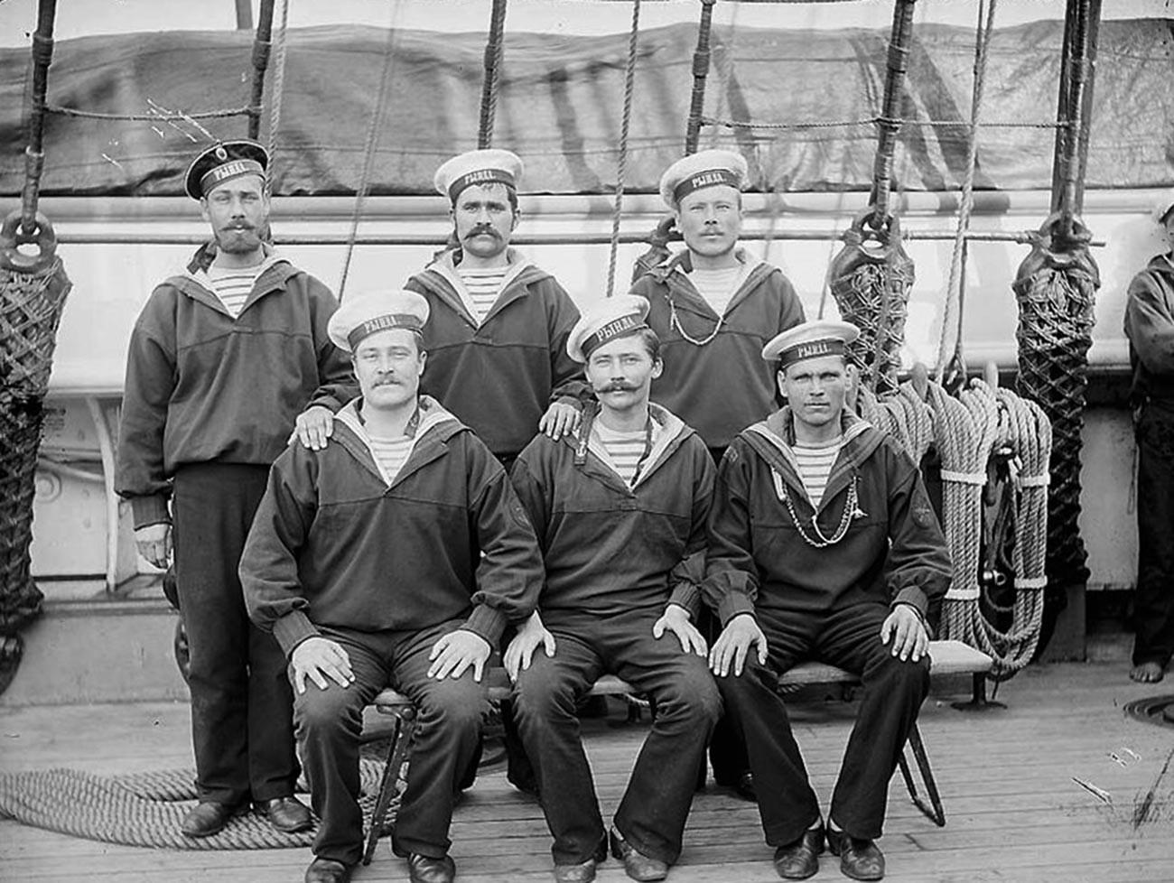 Marinheiros russos vestindo telniachkas antigas do século 19.