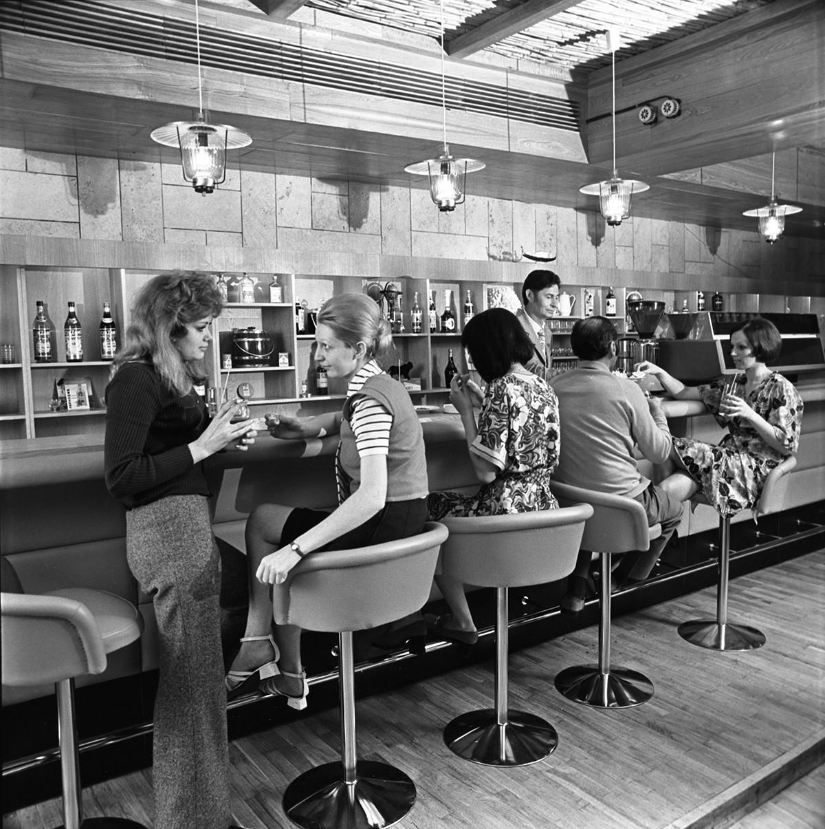 Bar hotela Intourist v Rostovu na Donu. 1973