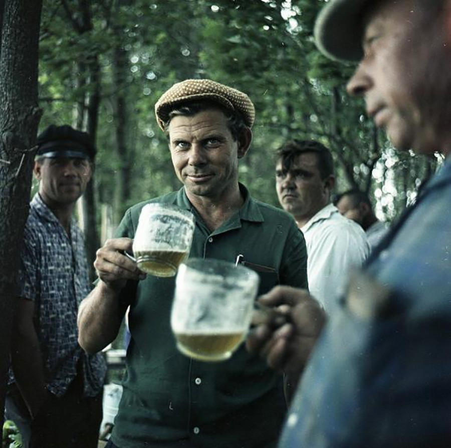 Moški s vrčki za pivo, 1961-1969