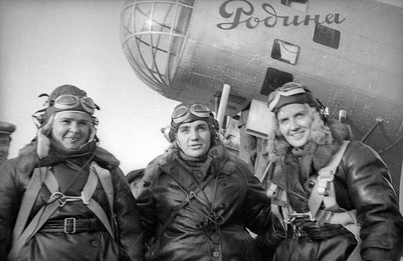 Экипаж самолета «Родина» (слева направо): Полина Осипенко (второй пилот), Валентина Гризодубова (командир), Марина Раскова (штурман).