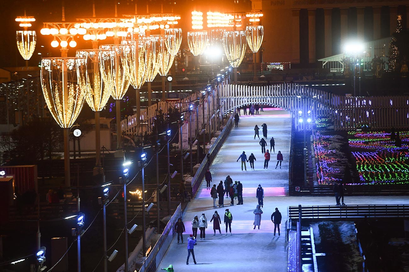 Посетители на откриването на пързалка във ВДНХ в Москва. Преди 200 години руските мореплаватели Белингсхаузен и Лазарев откриват последния неизвестен досега континент - Антарктида. Зимният сезон 2020/21 във ВДНХ е посветен на историята на руската Антарктида, нейните обитатели и особености.