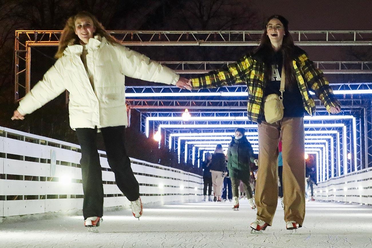 Хора се развличат в пункта за отдаване под наем на кънки в парк Горки. Пързалките в московските паркове ще работят при спазване на всички правила за безопасност. Входът ще се извършва чрез QR код. Броят на посетителите едновременно на пързалката ще бъде ограничен.