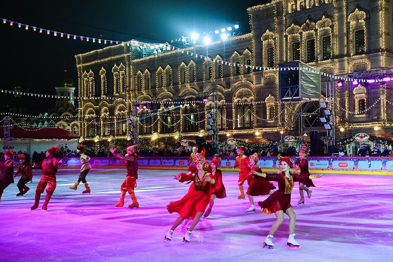 Откриване на пързалката пред  ГУМ на Червения площад в Москва.