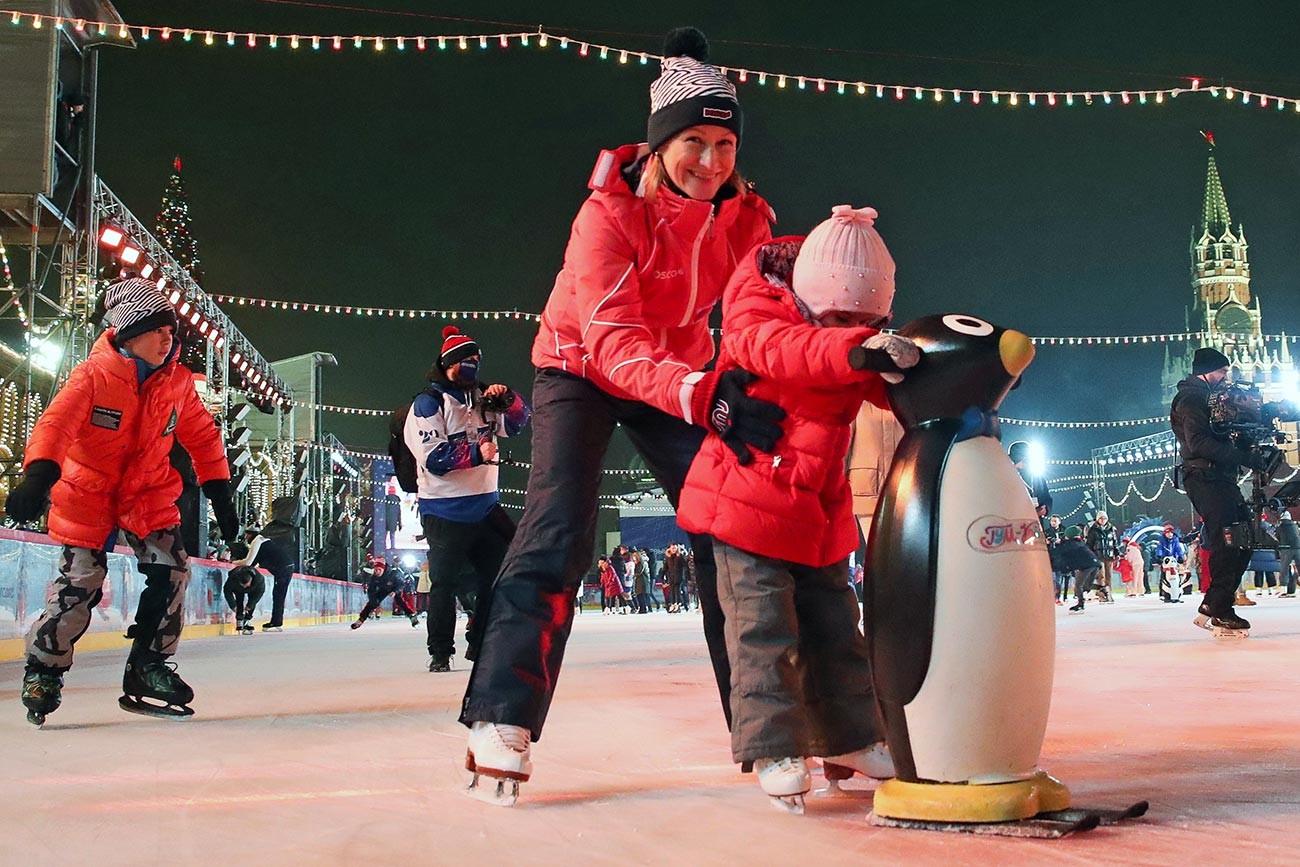 Фигуристката Татяна Волосожар по време на откриването на 15-ия сезон на пързалката пред ГУМ на Червения площад. Пързалката може да побере до 450 души на сесия и ще работи до 1 март 2021 г., независимо от времето.