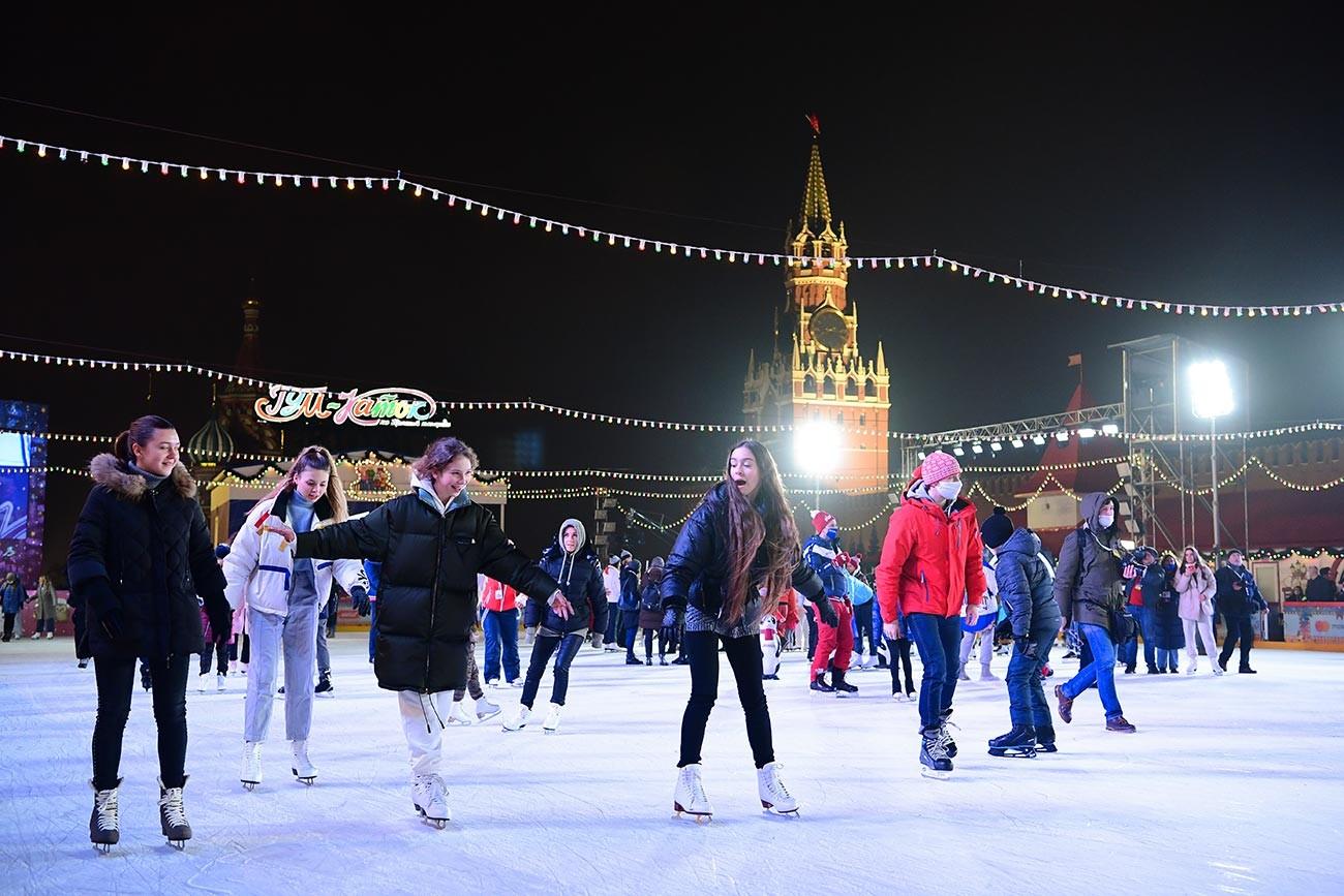 Откриване на пързалка пред ГУМ на Червения площад в Москва.