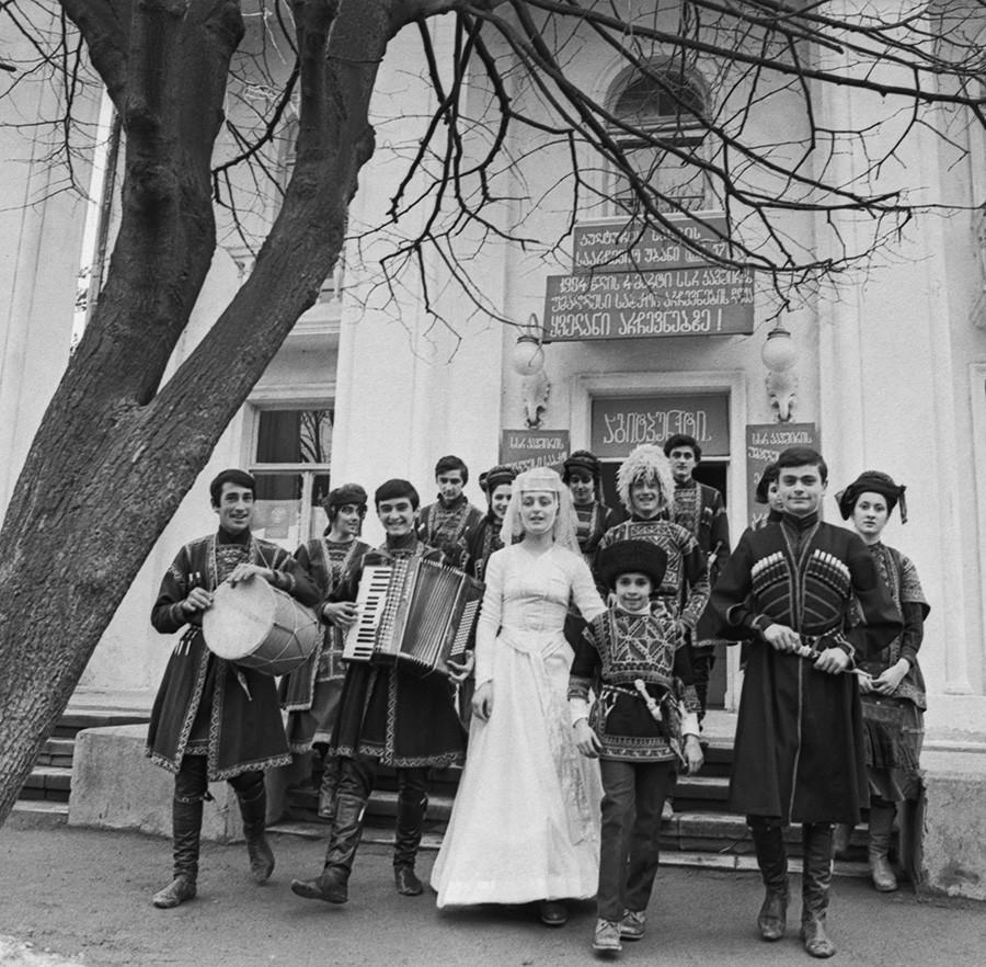 Artistas se apresentando para eleitores nas seções eleitorais na Geórgia soviética, em março de 1984