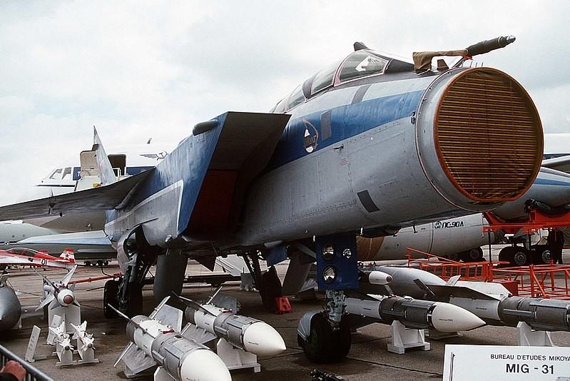 Sistema Zaslón visible en el interior del morro de un MiG-31.1991.