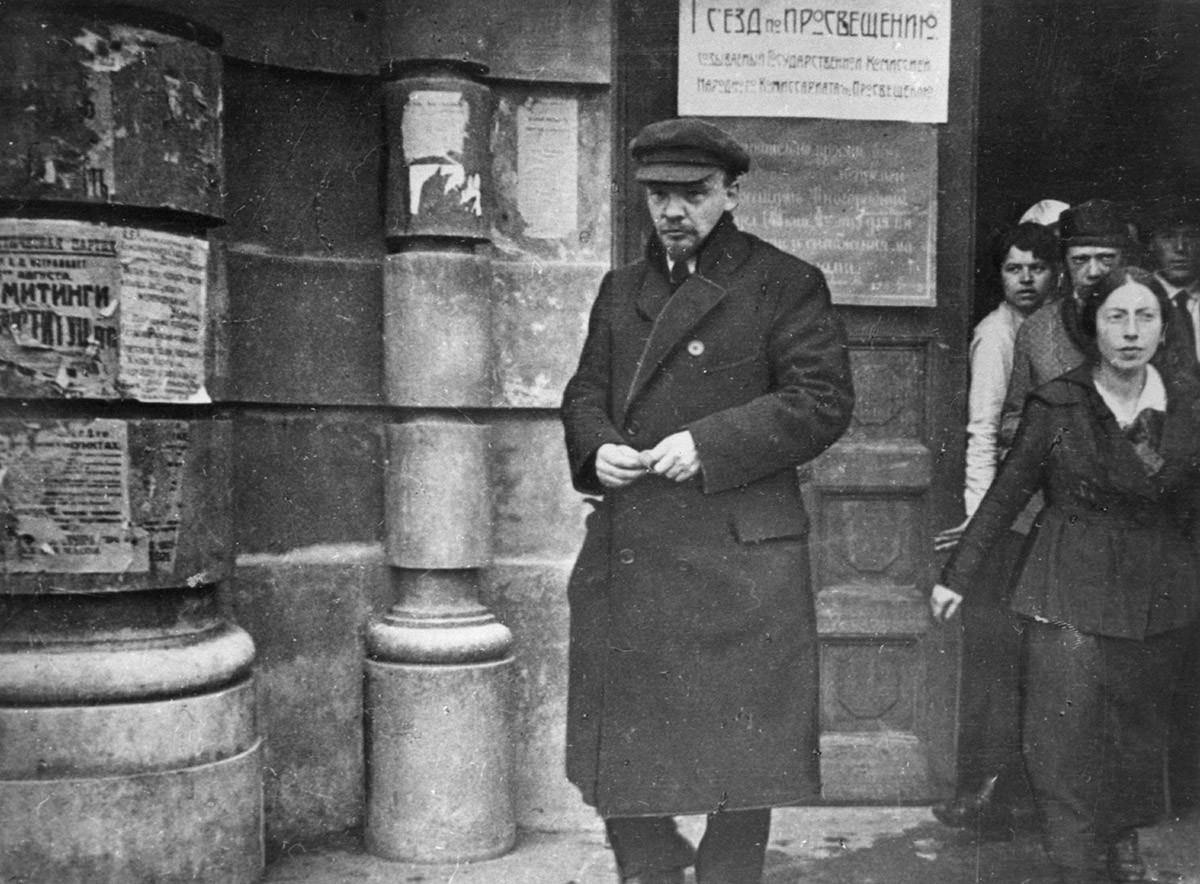 Vladimir Lenin meninggalkan Institut Pedagogi Negara setelah sidang Kongres Seluruh Rusia yang pertama tentang pendidikan pada 1918.