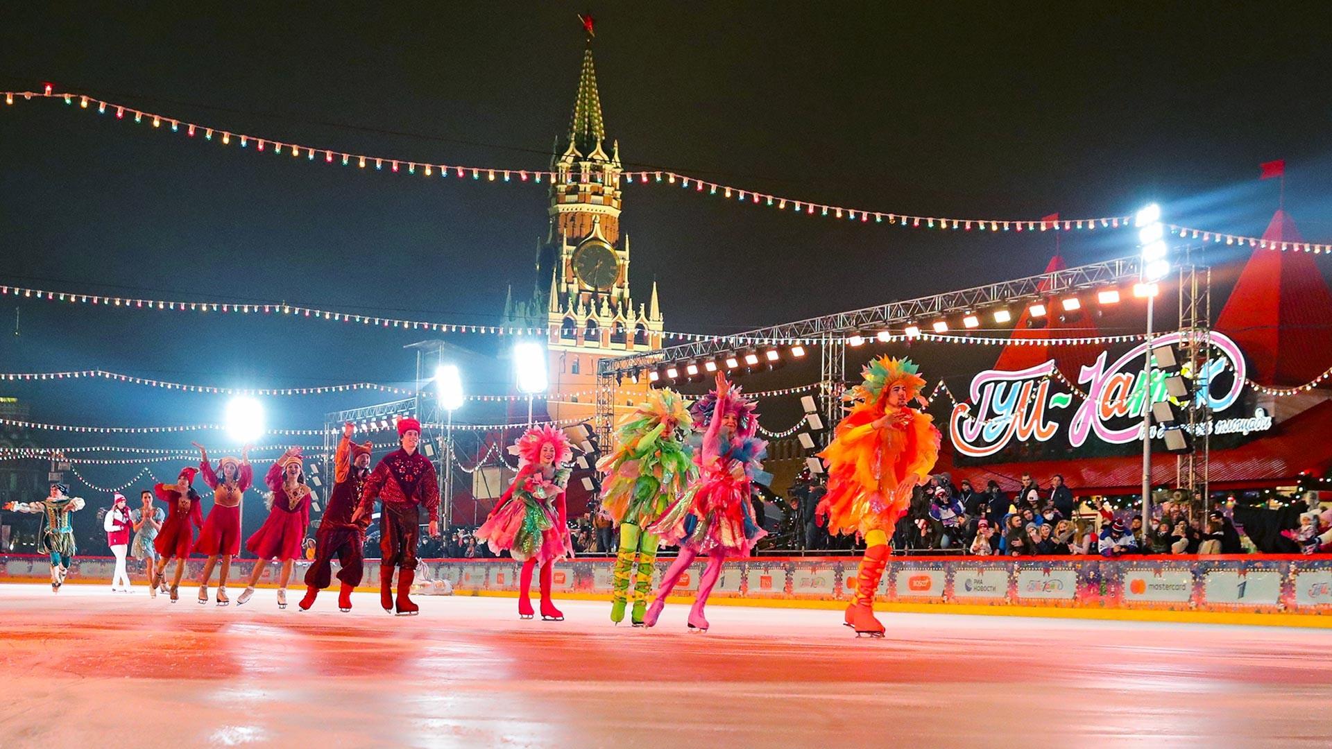 Gelanggang es GUM di Lapangan Merah, Moskow.
