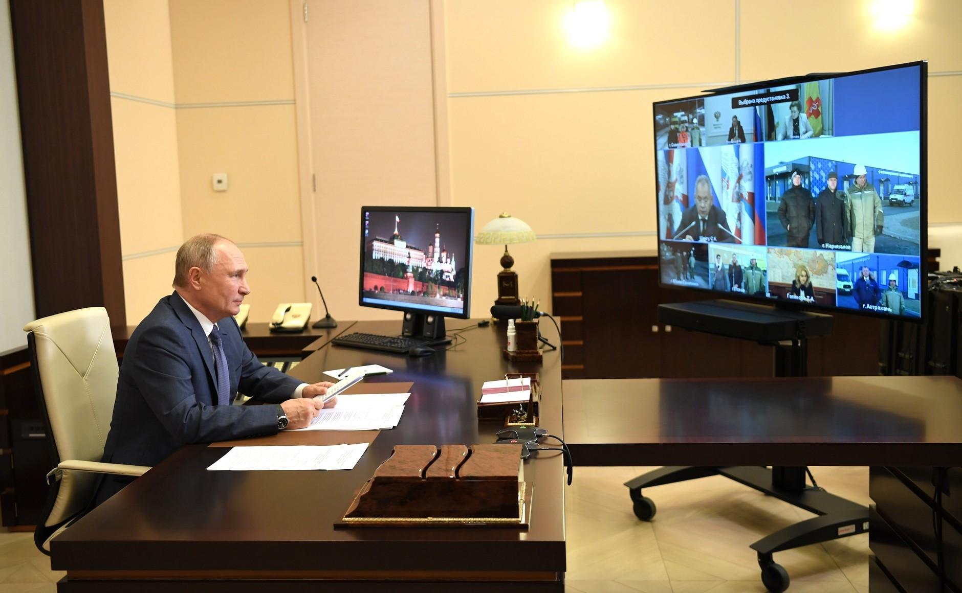 Presiden Rusia Vladimir Putin mengikuti konferensi video dalam rangka pembukaan Pusat Kesehatan Kementerian Pertahanan untuk pengobatan pasien COVID-19, Rabu (2/12).