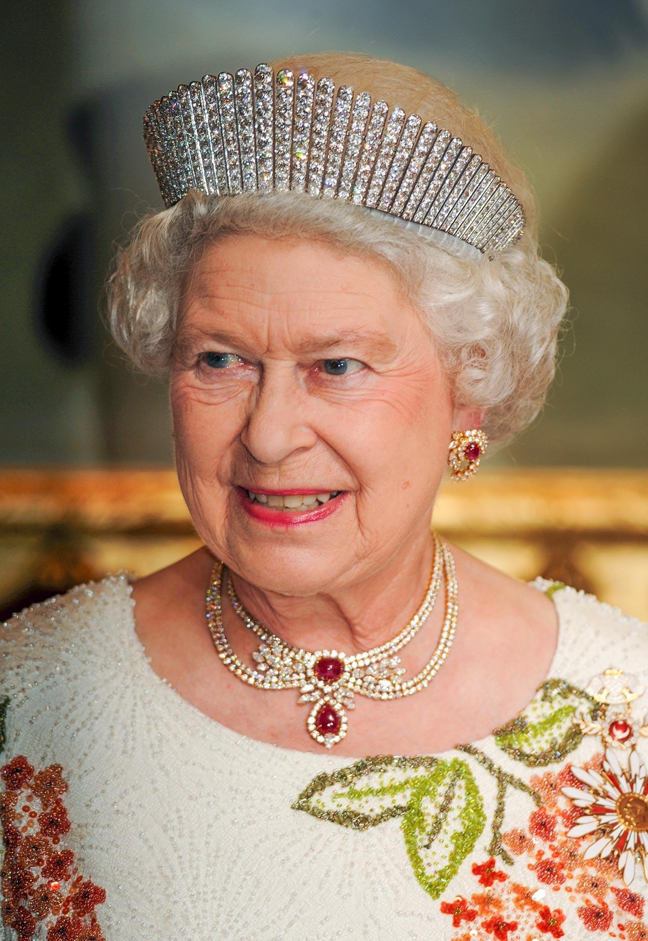 La Reina Isabel II asiste a un banquete de Estado el primer día de una visita de Estado a Turquía el 13 de mayo de 2008 en Ankara.
