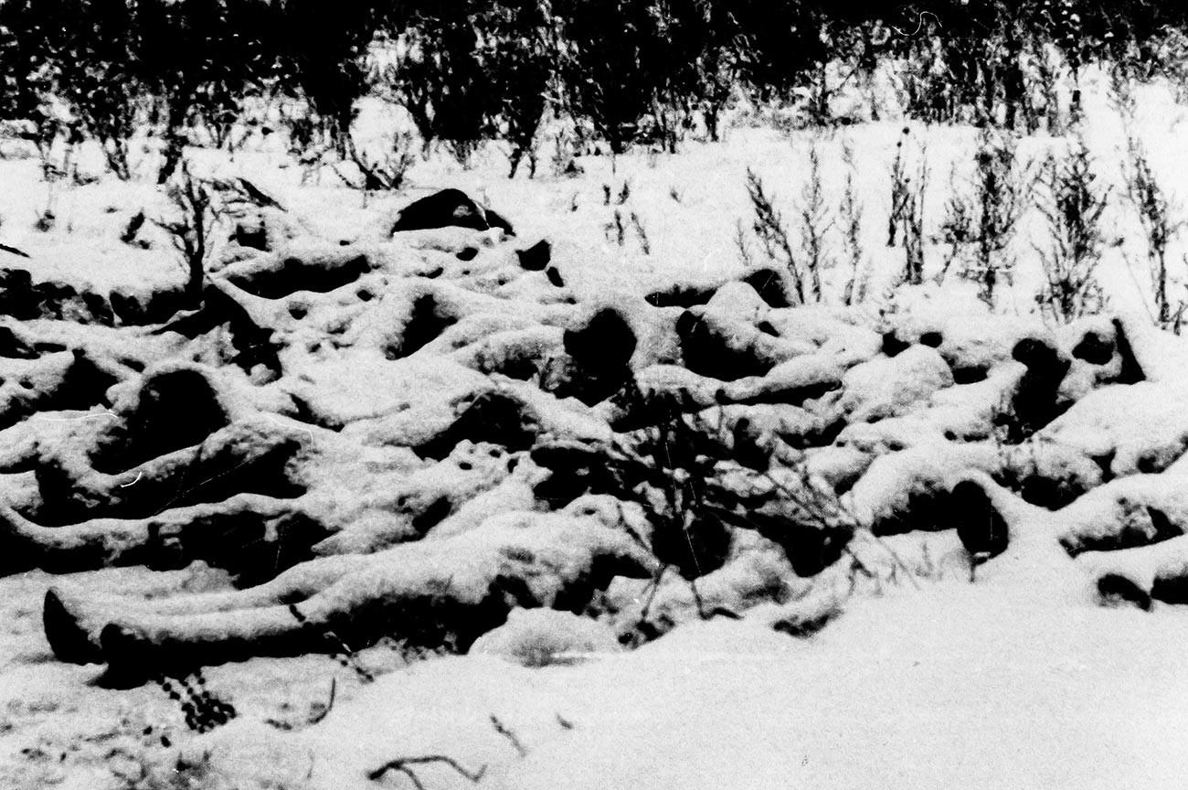 Corpi di soldati italiani senza vita coperti dalla neve