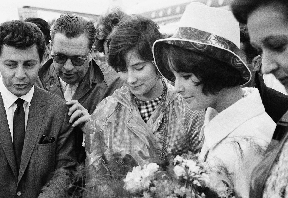 モスクワの空港で歓迎されているエリザベス・テイラー(右)、1961年7月12日