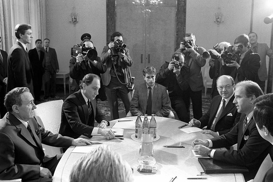 O presidente do Soviete Supremo da URSS Andrêi Gromíko (esq.) e o senador norte-americano Joseph Biden (dir.) em negociações em Moscou sobre a ratificação do Tratado de Forças Nucleares de Alcance Intermediário. Víktor Prokófiev acompanha Andrêi Gromíko.