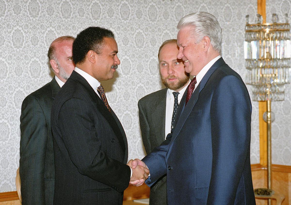 O presidente Borís Iéltsin, Víktor Prokófiev  e o Secretário de Comércio dos EUA, Ronald Brown, em 1994.