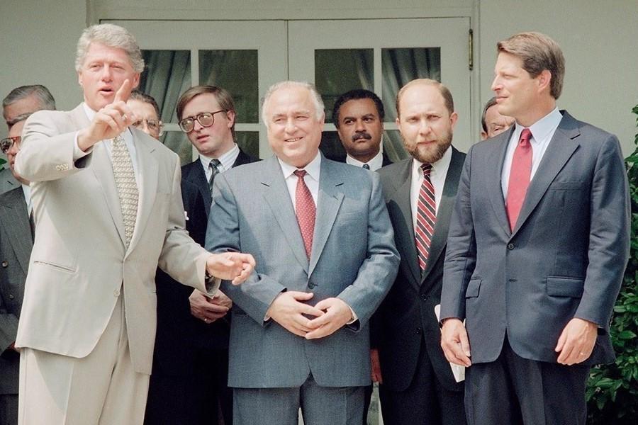 Presidente Bill Clinton gesticula no Rose Garden com o primeiro-ministro russo Víktor Tchernomirdin, em Washington, em 2 de setembro de 1993. Víktor Prokófiev está ao lado de Tchernomirdin.