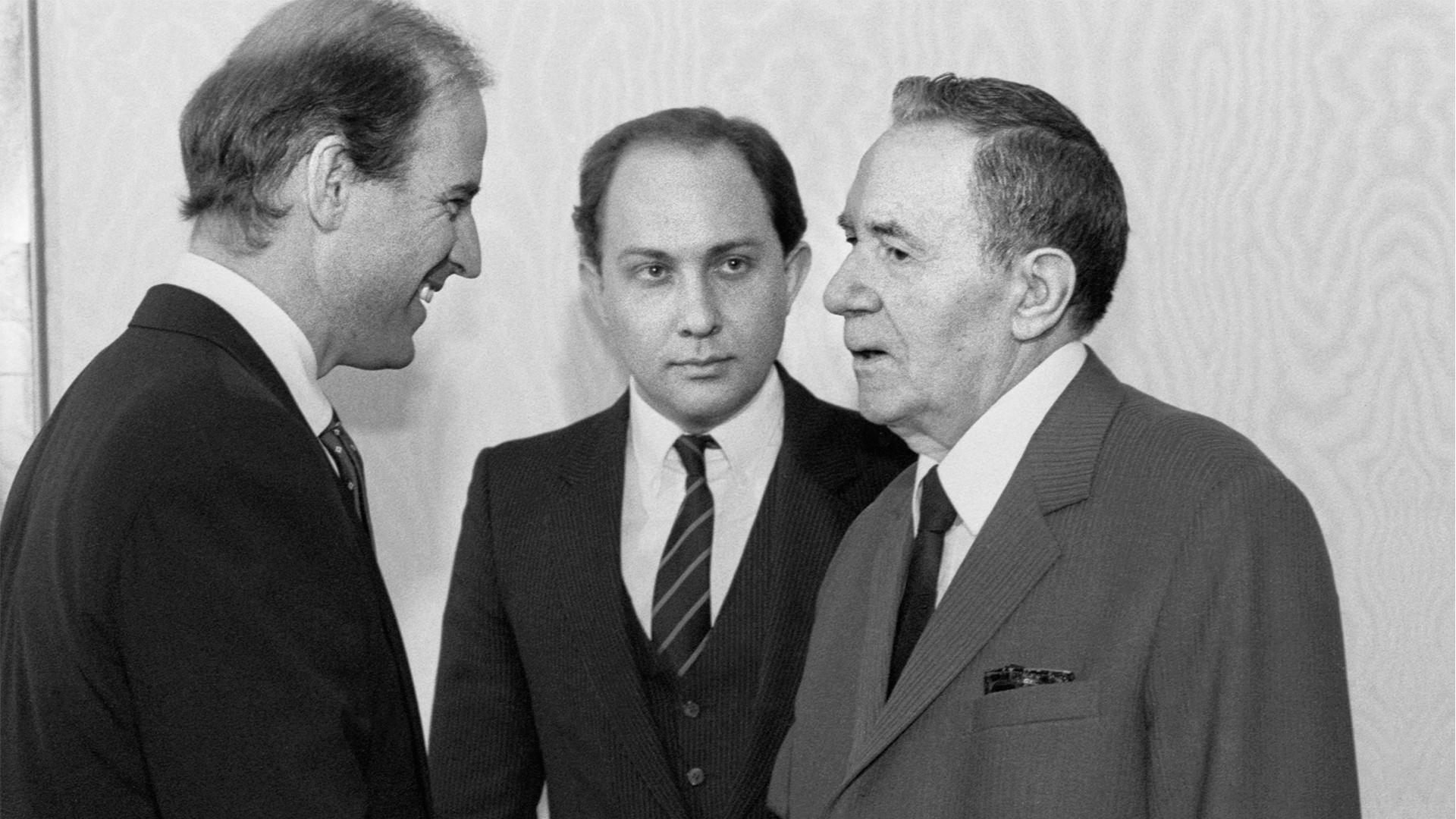 Joe Biden, Víktor Prokófiev e Andrêi Gromíko, em 1988.