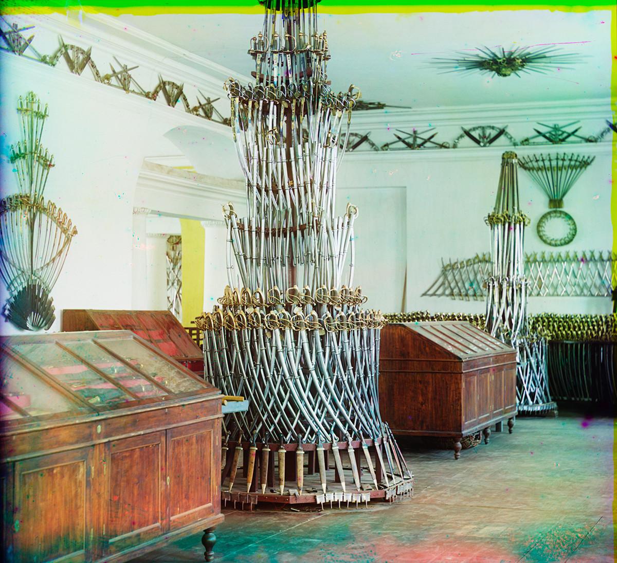 Музей Арсенал. Излагане на златоустки саби и други оръжия от студена стомана. Снимка: Сергей Прокудин-Горски. 1909 г.