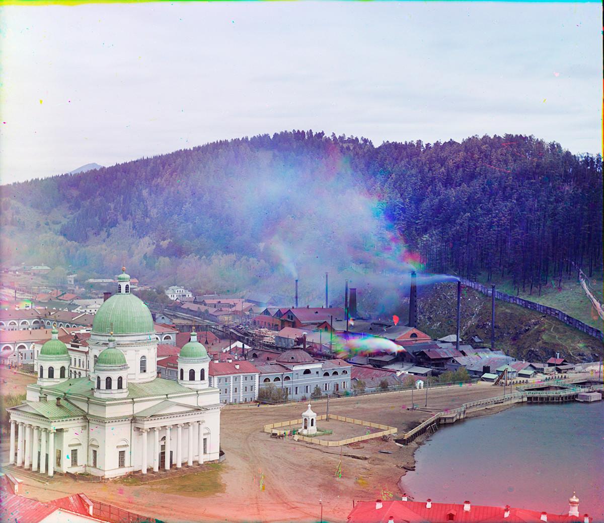 Катедралата Троеручица (съборена през 1933 г.), югозападна гледка. Вдясно: Параклис