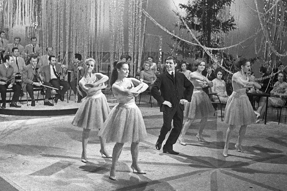 "Moscow, USSR. Singer Eduard Khil and dance band ""Alye parusa"" perform at the Central Television in the TV show ""Little Blue Light"""