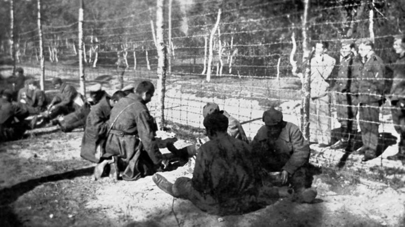 Prisioneiros de guerra soviéticos constroem 'Estrada de Sangue'
